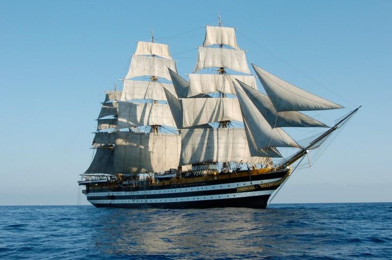 La Amerigo Vespucci ha navigato in acque calabresi