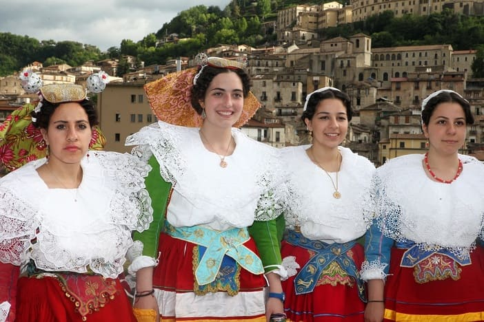 La bellezza italo-albanese a Cosenza con la sfilata Bukur�a Arbereshe