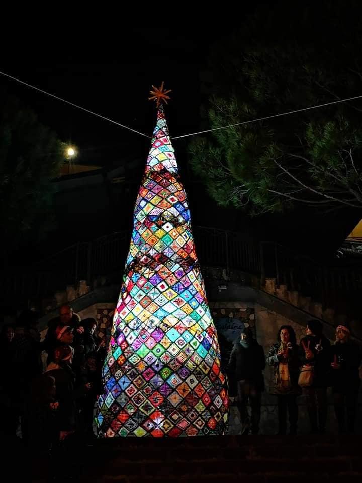 A Pentone l'albero di Natale realizzato tutto all'uncinetto