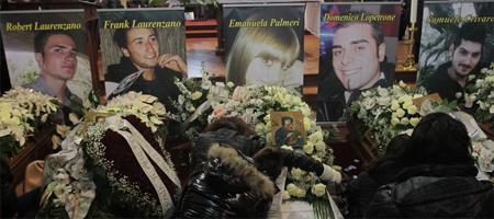 San Giovanni in Fiore: lacrime e disperazione al funerale dei cinque giovani
