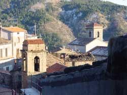 San Giovanni in Fiore: folla assedia comune e impedisce ai consiglieri di dimettersi